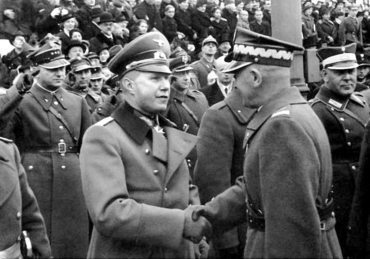 Ещe союзники… Рукопожатие польского маршала Эдварда Рыдз-Смиглы и немецкого атташе генерал-майора Богислава фон Штудница на параде «Дня независимости» в Варшаве 11 ноября 1938 года