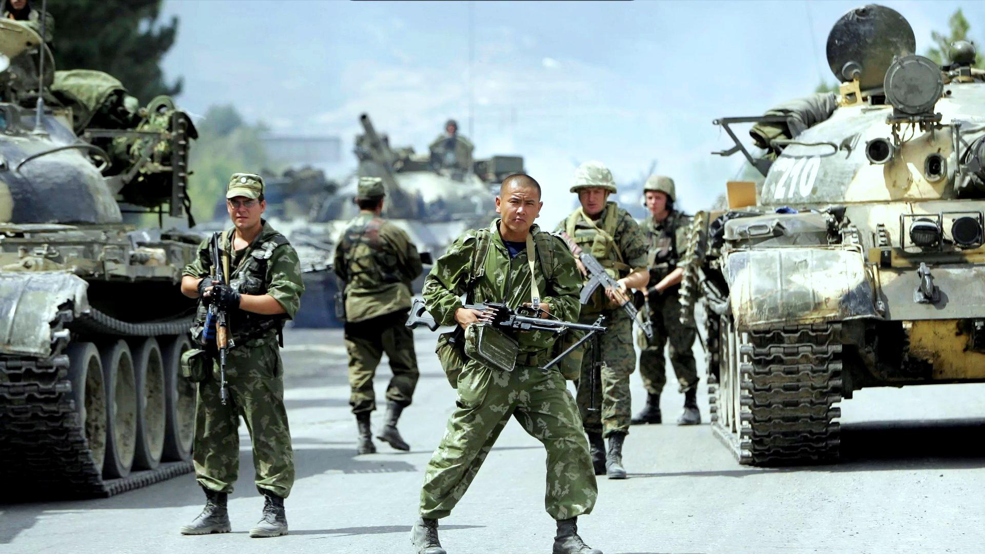 Это знаменитое фото. Грузия, 08.08.08. После разгрома армии Саакашвили её отступившие части перегруппировались ирешили вернуться вГори, нонаткнулись наподвижный российский блокпост