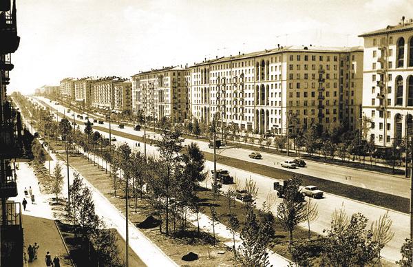Вид натолько чтопроложенный Ленинский проспект состороны снесённого Троицкого храма вСемёновском, направление изцентра— вобласть. Снимок 1958г.