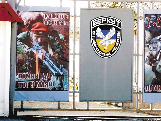 Баннер привходе набазу «Беркута» вСимферополе: «Фашистов воспевая, — помни гад про9 мая!!!»