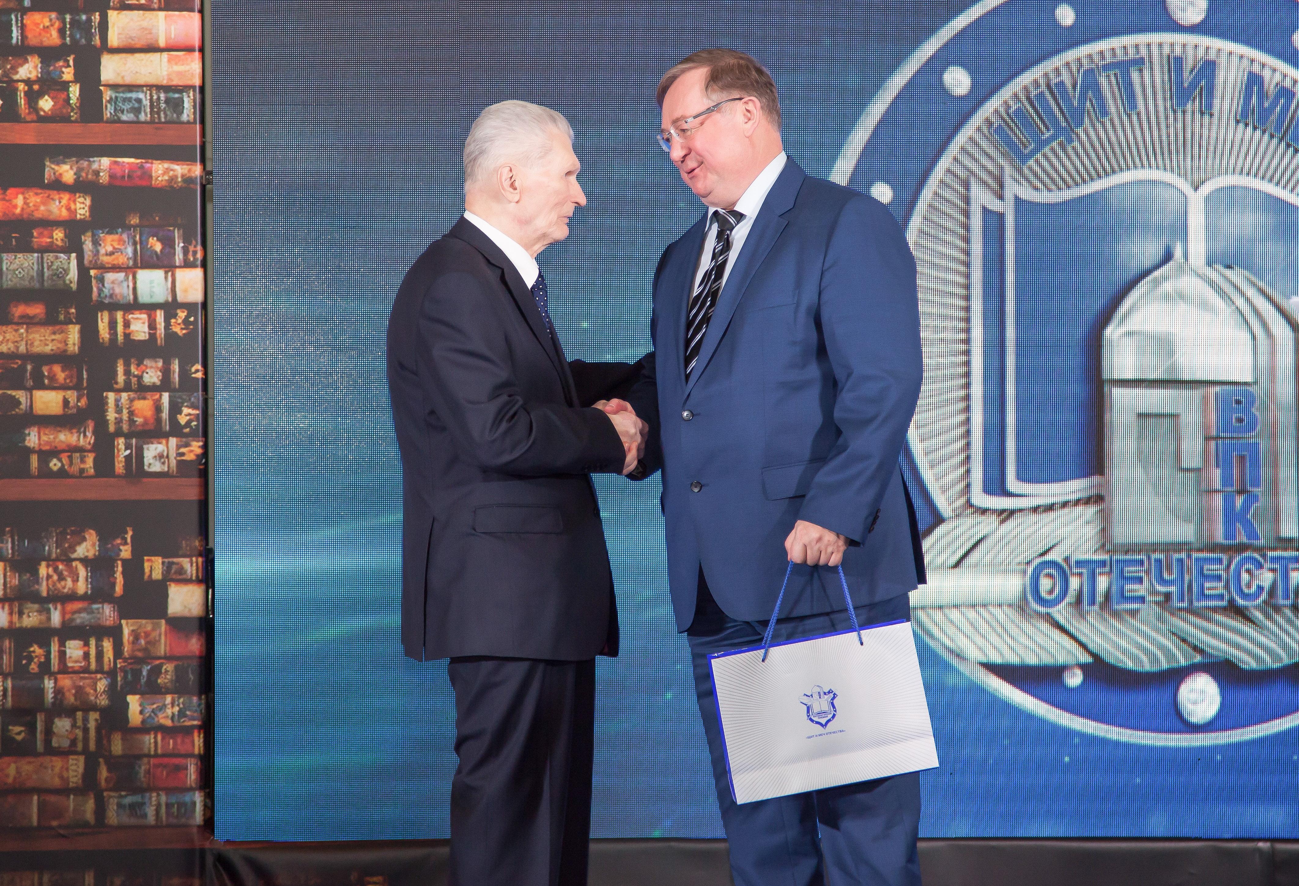 Премию «Щит имеч Отечества» вручает Сергей Степашин