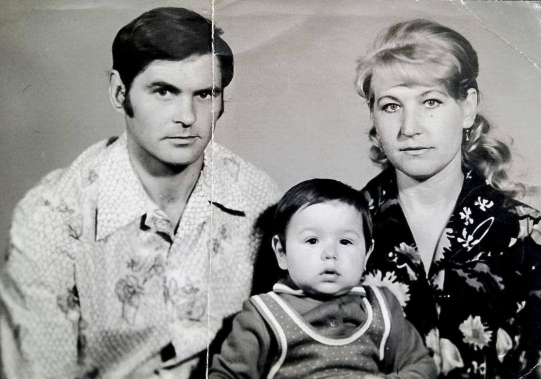 Маленький Игорь сродителями