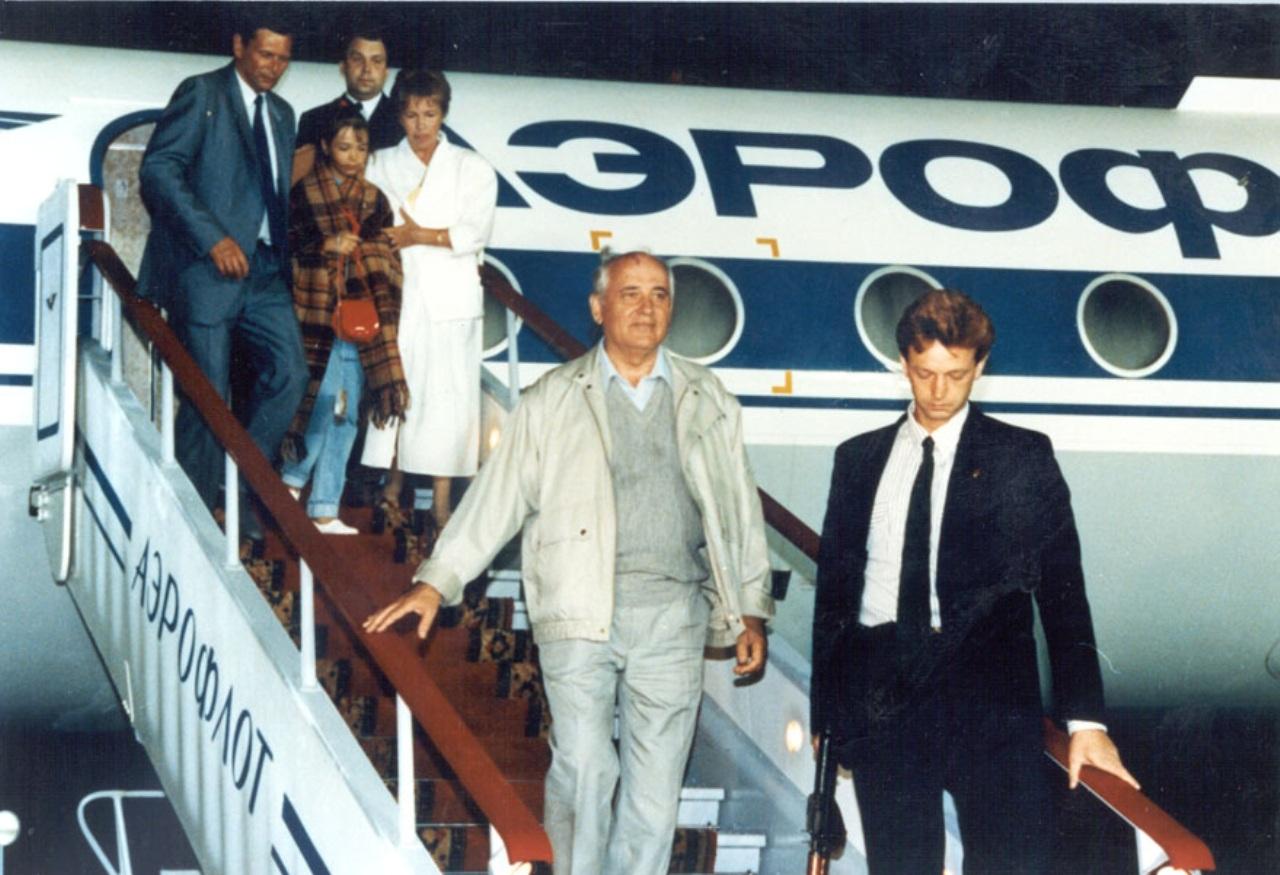 Президент СССР М. Горбачёв возвращается с семьей из Фороса. 22 августа 1991 года