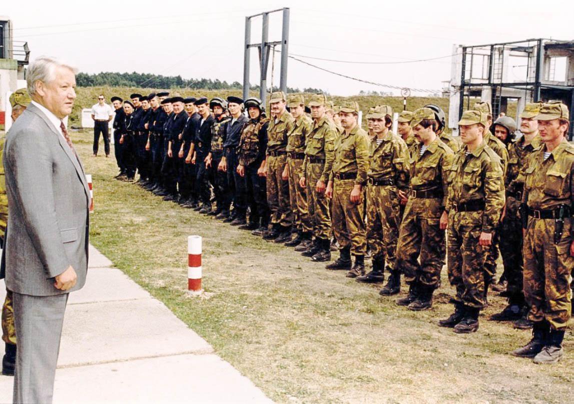 Президент Ельцин перед строем сотрудников «Альфы» — бойцов, которые должны были его арестовать, но так и не получили приказа. Фото 1992 года