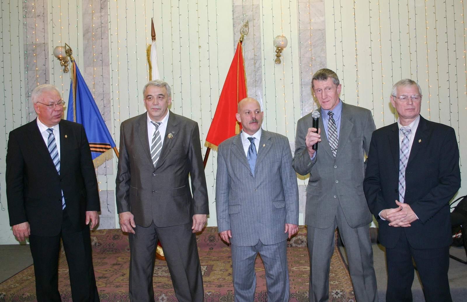 Виктор Иванович Блинов (смикрофоном) среди боевых товарищей— участников афганских событий декабря 1979года
