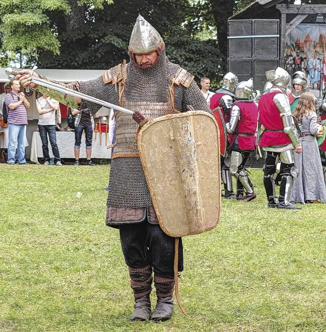 Ратная память оВеликом княжестве Литовском жива. Современная военно-историческая реконструкция вТракайском замке