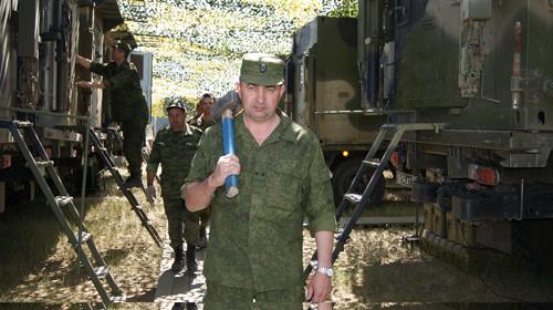 Командир 100‑го Командно-разведывательного центра руководит развертыванием моего пункта управления